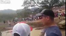 Sortie de piste d'un 4x4 en pleine course dans la boue sur les spectateurs!