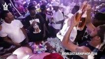 50 Cent ramasse des billets qu'il vient de jeter sur une strip teaseuse