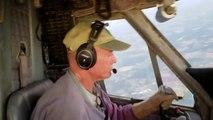 Cet avion rattrape les parachutistes qu'il a largué !