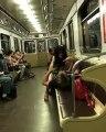 Metroda ilişkiye girmeye çalışan çift kendilerini uyaran yaşlı adama saldırdı!