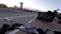 Ce motard se fait percuter par un SUV sur l'autoroute