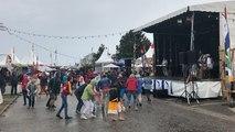 La pluie n'arrête pas les festivaliers au village