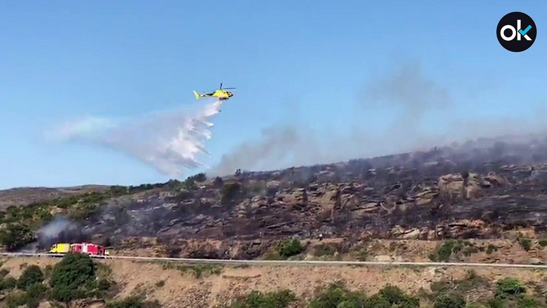 Un helicóptero ayuda a apagar el incendio forestal de Gerona