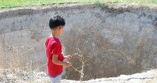Tarlaya Su Hattı Döşenirken, 15 Metre Derinliğinde Obruk Oluştu