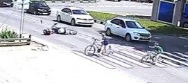 Un motard fauche un gamin qui traverse à un passage piéton !