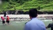 Ein Mann spart an der falschen Stelle: Er fährt mit seinem SUV in einen Fluss, um dort sein Auto kostengünstig zu waschen. Leider ahnt er nicht, dass ein Stauda