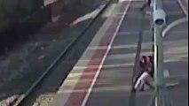 Un jeune tente de pousser sa copine sous un train entrant en gare !