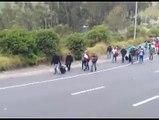 Cientos de venezolanos decidieron ingresar a Ecuador sin pasaporte ante la negativa de una prórroga. Su decisión es caminar hasta la frontera sur del país antes