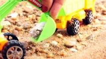 Spielspaß am Meer. Spielzeugautos sammeln am Strand schöne Steine.