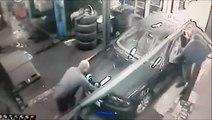 Un mécanicien oublie qu'il y a un trou sous la voiture... Adieu!