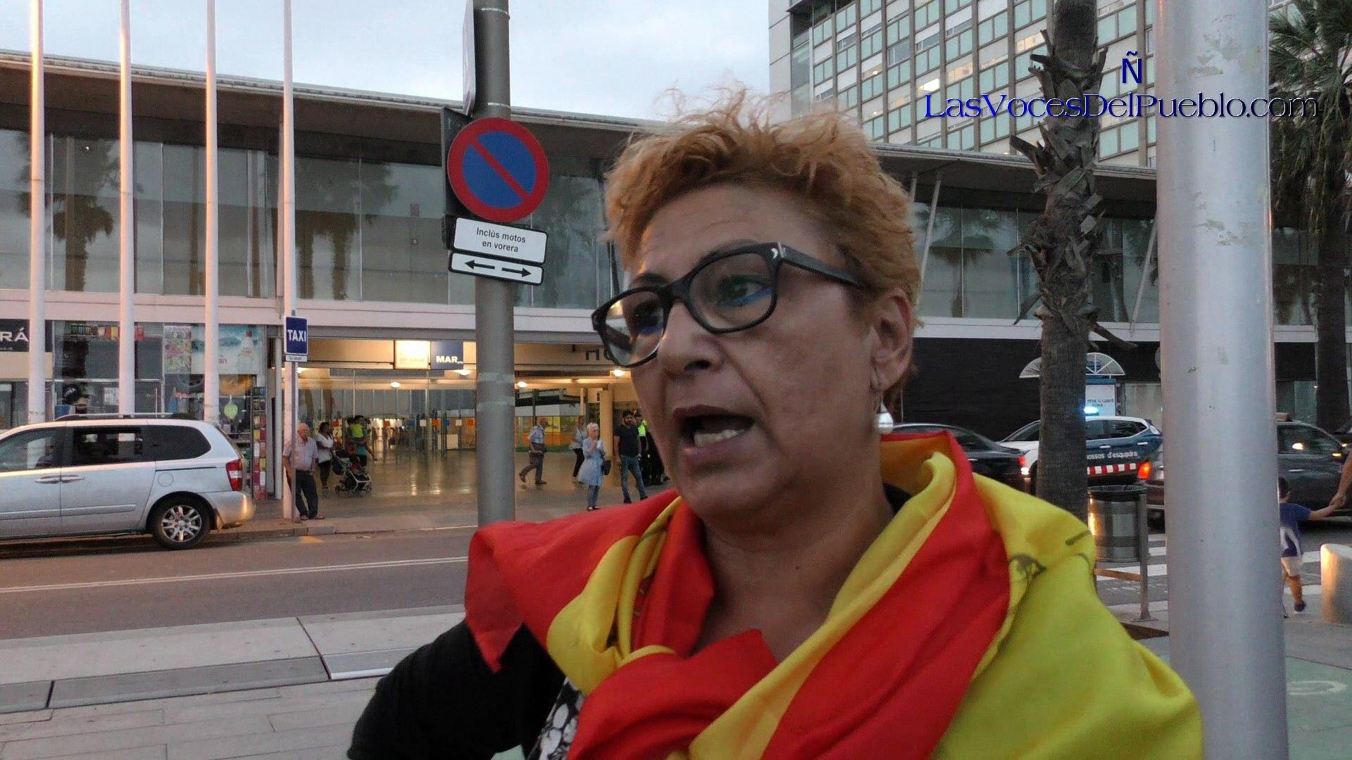 Españolas muestran su cariño ante el Hospital a la española agredida por independista
