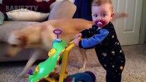 Bébé drôle ne sait pas comment travailler cette chose - Essayez de ne pas rire!