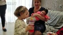 partage en bas âge mignon sa propre nourriture pour bébé