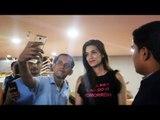 Kirti Sanon ने किया फैन के साथ प्यारा बर्ताव मुंबई एयरपोर्ट पर