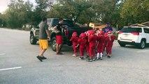 Cette équipe de football américain junior s'entraîne en poussant une voiture
