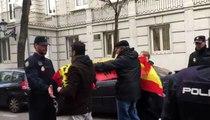 """Manifestantes con banderas de España llaman """"traidores"""" a los independentistas frente al Supremo"""