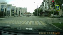 Un Audi Q7 réalise un long saut sur une intersection et frôle le drame
