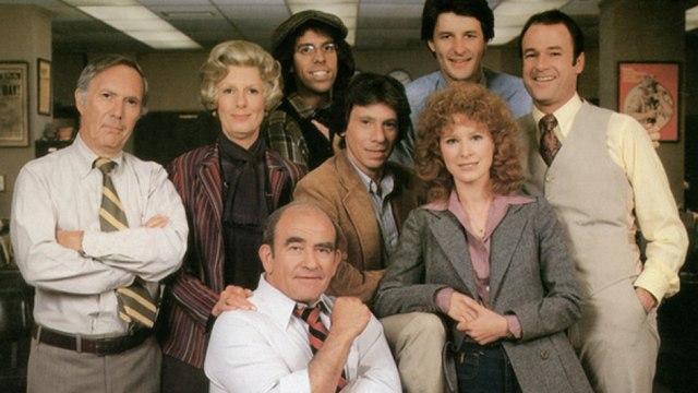 LOU GRANT 1,CAPITULO 1X1,REHENES EPISODIO COMPLETO EN ESPAÑOL,SERIE TV,PERIODISMO,DENUNCIA SOCIAL,1977,Linda Kelsey,Ed Asner,Robert Walden,RETRO,NOSTALGIA,VINTAGE,TELEVISION DEL RECUERDO,RED MARABUNTA,Premios: Emmy a la mejor serie dramática,globo de oror