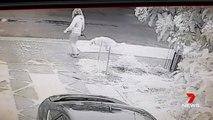 Il affiche une femme qui laisse son chien faire caca sur sa pelouse (Australie)