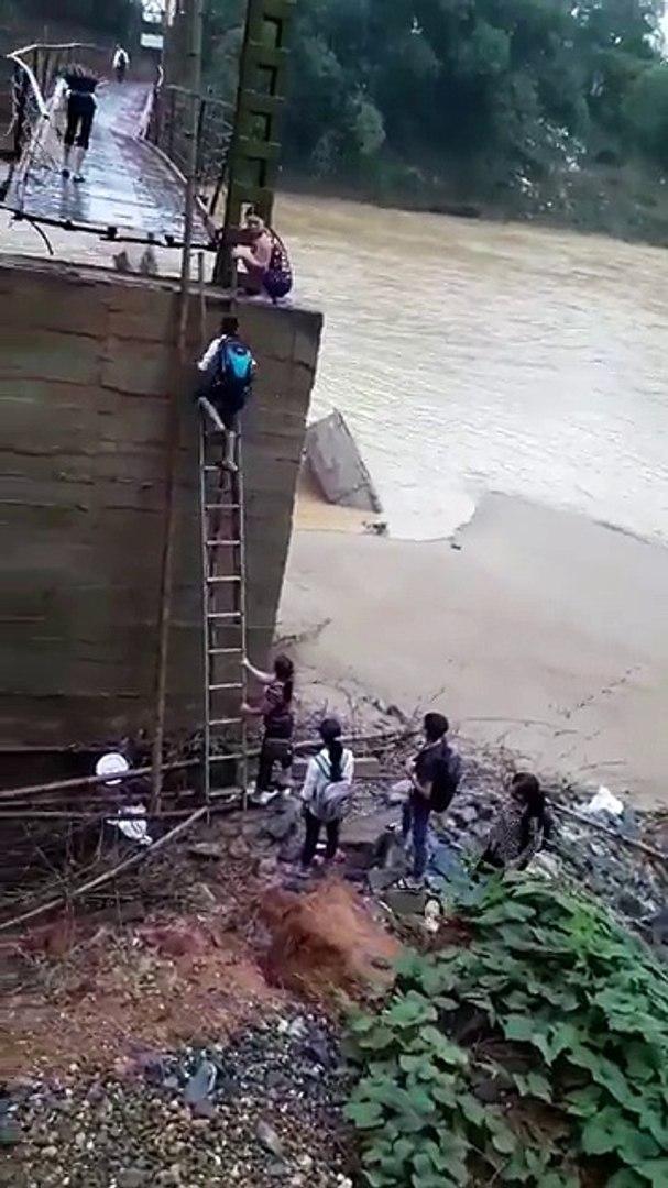 Xã Văn Luông, huyện Tân Sơn, Phú Thọ: Học sinh leo cầu thang lên cầu vượt sông đi học...