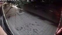 Kamera snimila besnu tinejdžerku iz Kruševca dok iz čista mira lomi izlog radnje tokom šetnje sa dečkom