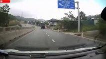 Quand un bébé traverse une autoroute à genoux... Dingue