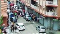 Des centaines de manifestants s'en prennent à des squatteurs  et les délogent d'un immeuble