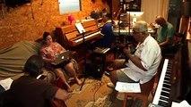 C'est dimanche... un peu de musique pour se détendre avec Farara Matai, interprété par les musiciens et chanteurs du spectacle Vahine Himene Tahiti : Reia et Mi