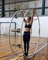 Une femme fait de la roue allemande