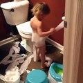 Une fillette a décidé de s'habiller avec du papier toilette... Classe