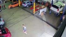 Un homme pénètre dans un garage et vole une voiture en pleine journée