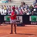 Tennis : Il frappe dans la balle mais cela ne se passe pas comme prévu