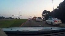 Une Camaro fait un tonneau et atterrit sur une autre voiture
