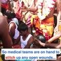 Un prêtre hindou écrase des noix de coco sur ces têtes de fidèles