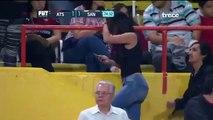 Un caméraman filme cette femme et rate une faute lors du match de football