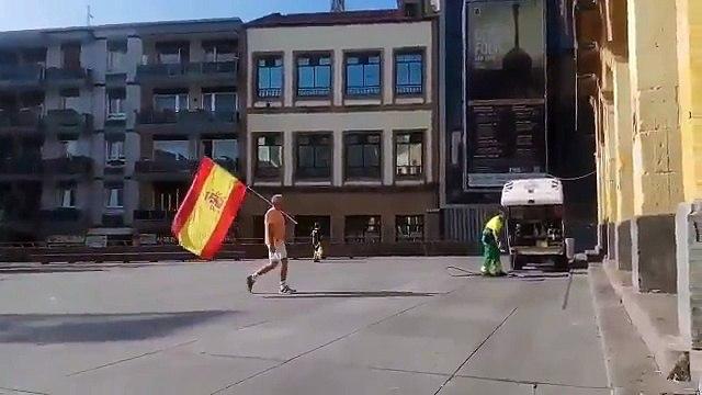 Varios valientes gudaris agreden a un señor que llevaba una bandera de España