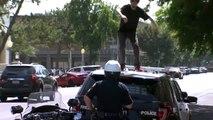 Un homme saccage une voiture de police mais va vite le regretter