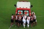 Quand les joueurs de Flamengo et Vasco de Gama poussent une ambulance, tombée en panne