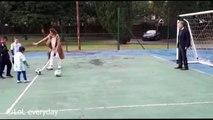 Le président Argentin arrête un ballon de foot avec ses parties génitales