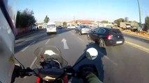 Un motard fonce sur le voleur pour aider la victime à récupérer son sac