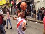 Joga Bonito - aposentado peruano treina futebol freestyle