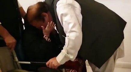 ملےقائد مسلم لیگ ن محمد نوازشریف نے اپنی رہائش گاہ جاتی امرا پہنچ کر سب سے پہلے اپنی والدہ سے