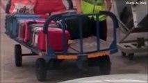 Un bagagiste vole un objet dans une valise : flag