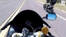 Un motard rate complètement sa roue arrière