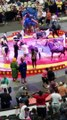 Un dromadaire sème la manique dans un cirque