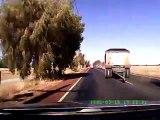 Un camion perd sa remorque à pleine vitesse, face à une voiture