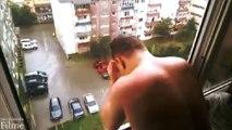 Ein Mann nimmt eine Dusche mit Regenwasser