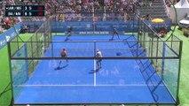 Un joueur de padel tennis traverse une vitre