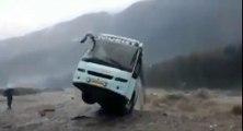 Un bus emporté dans un torrent en crue !