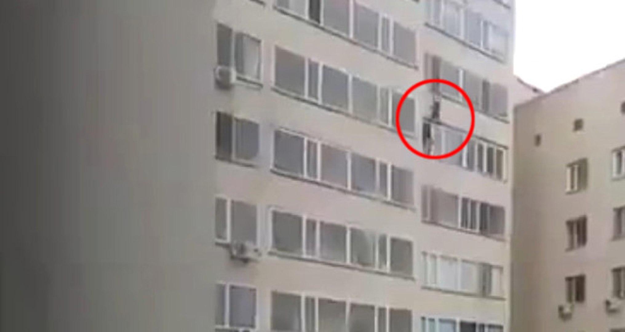 Kazakistan'da, Kahraman Komşu 10. Kattan Düşen Bebeği Havada Yakaladı! Kamera Kayıttaydı